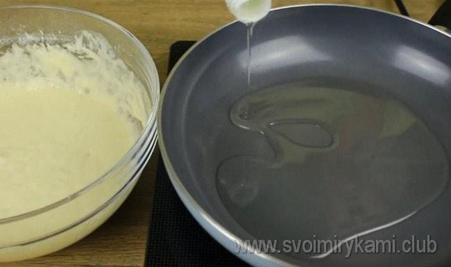 Разогреваем сковороду и наливаем растительное масло.