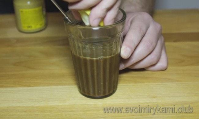 Выдавливаем ложку лимонного сока.
