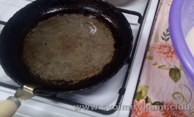 Хорошо разогреваем сковороду и смазываем ее растительным маслом.