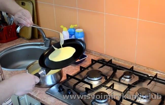наливая тесто на сковороду, поворачиваем ее, чтобы тесто растекалось и формировался блин.