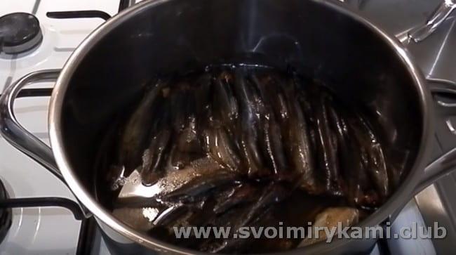 Такие шпроты в домашних условиях можно приготовить из салаки.