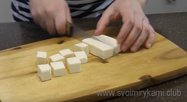 Два плавленых сырка тоже режем кубиками.