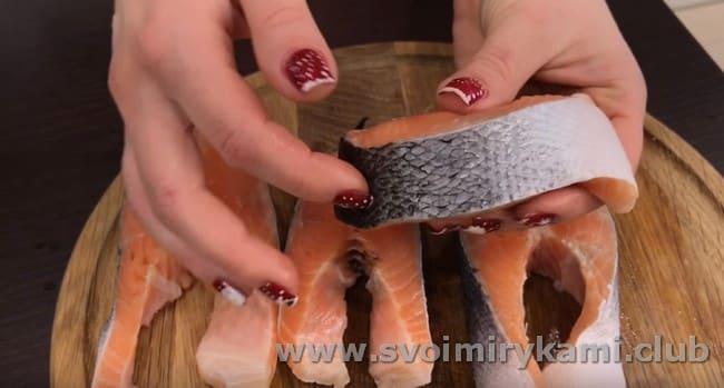 предлагаем вашему вниманию простой рецепт приготовления стейка из лосося в духовке.