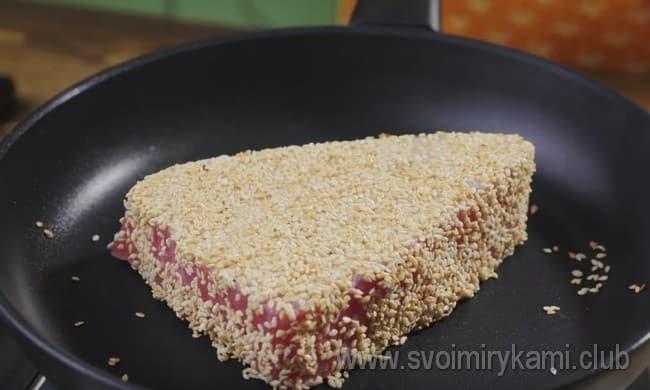 Обваливаем стейк в кунжуте и поджариваем на сухой сковороде.