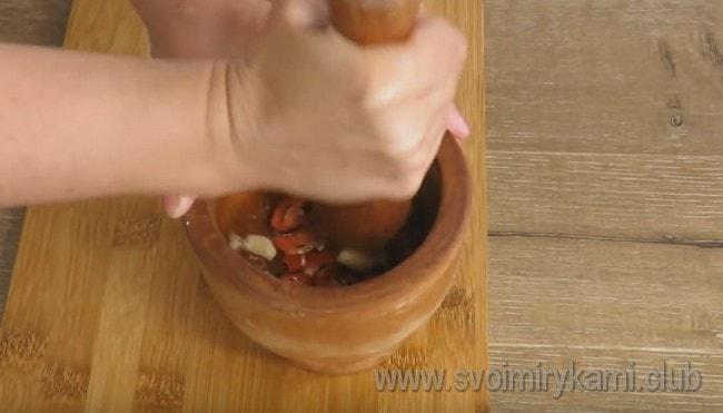 Добавляем соль и измельчаем все это в ступке.