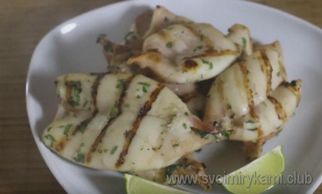 Теперь вы знаете, как вкусно приготовить кальмары, жареные на гриле.