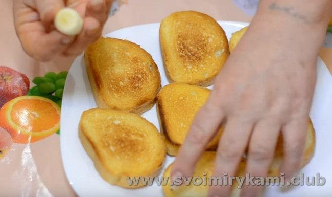 Бутерброды со шпротами на жареном хлебе будут еще вкуснее, если натереть его чесноком.