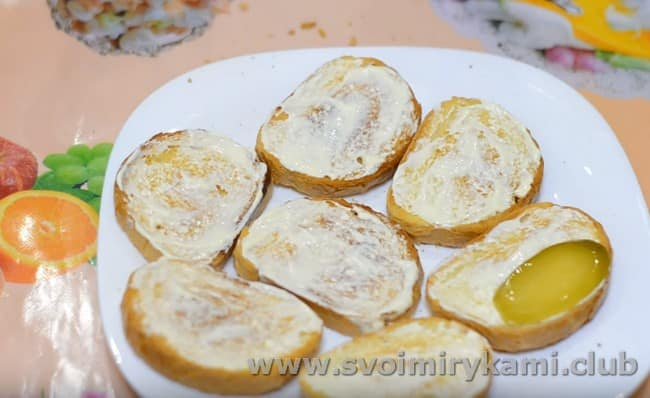 Такие бутерброды можно делать со шпротами и соленым или свежим огурцом.