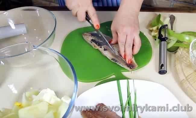 Посмотрите, как готовить форшмак из сельди по классическому рецепту.