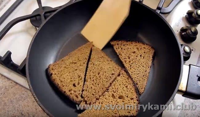 Хлеб слегка подсушиваем на сковороде.