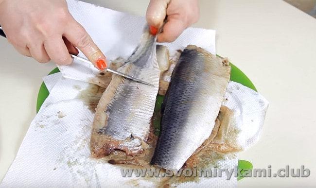 Снимаем с рыбы кожу.