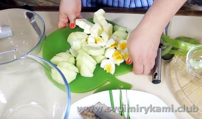 В классическом рецепте приготовления форшмака по-еврейски используется также отварное яйцо и зеленое яблоко.