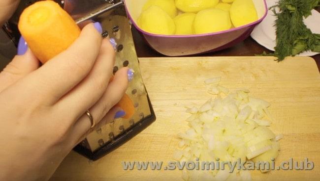Измельчаем лук и натираем на терке морковку.