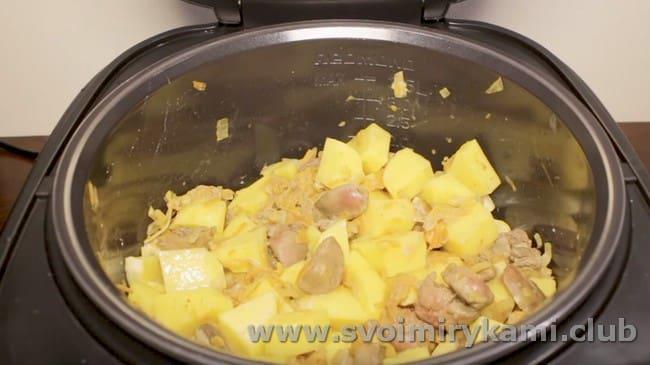 Добавляем сметану, картофель, соль, специи.