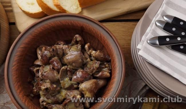 Вот такой простой рецепт приготовления куриных сердец, жареных с луком.