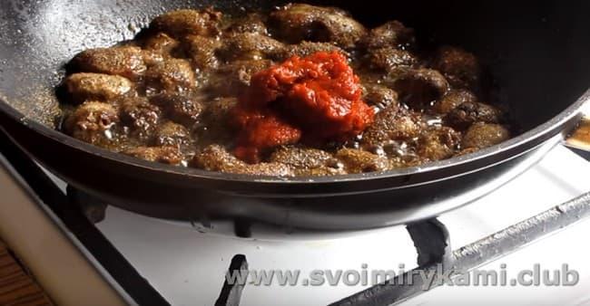 Добавляем специи и томатную пасту.