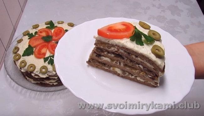 В начинку для такого закусочного блюда можно также добавить грибы.