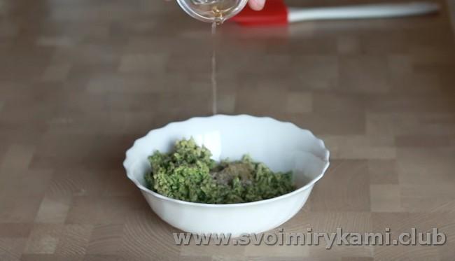 Добавляем специи и винный уксус.