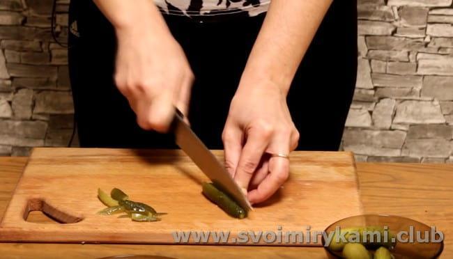 Предлагаем вам рецепт приготовления свиных почек с солеными огурцами.