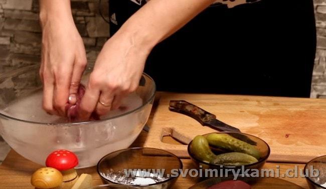Нарезанные кусочки субпродукта складываем в миску с раствором соды.