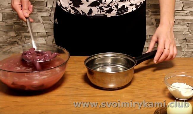 Вынимаем почки из содового раствора и перекладываем в кастрюльку с водой.