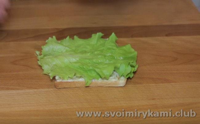 Кладем на хлеб листик салата.