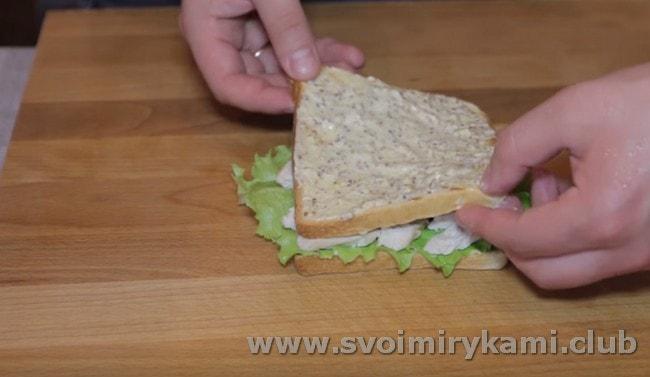 Накрываем курицу смазанным с обеих сторон кусочком хлеба.