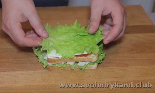 Снова накрываваем все это листом салата.