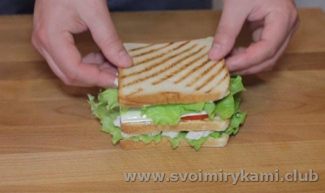 С одной стороны смазываем хлеб соусом и накрываем этим кусочком нашу заготовку.