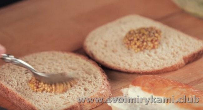 Смазываем хлеб дижонской горчицей.