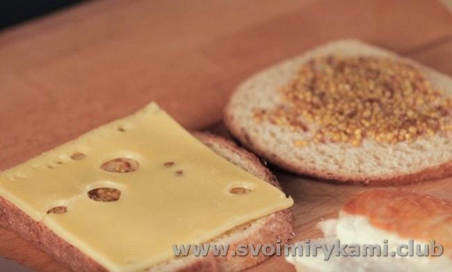 Поверх горчицы кладем по кусочку сыра.