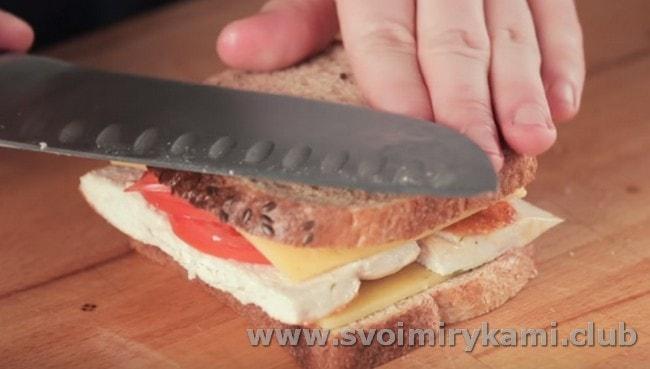 Накрываем заготовку вторым куском хлеба с сыром.