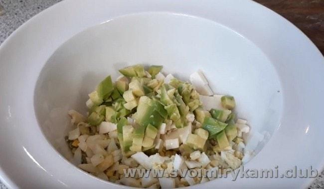 Добавляем к яйцу и сыра нарезанное кусочками авокадо.