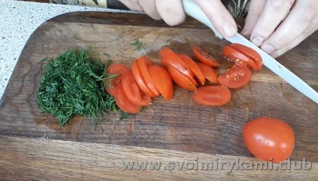 мелко рубим зелень и нарезаем слайсами помидор.