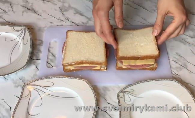 накрываем заготовки еще одним ломтиком хлеба.
