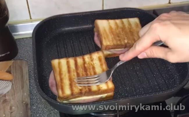 Затем переворачиваем бутерброды на другую сторону.