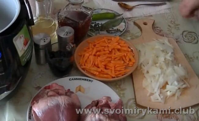 нарезаем морковку и лук.