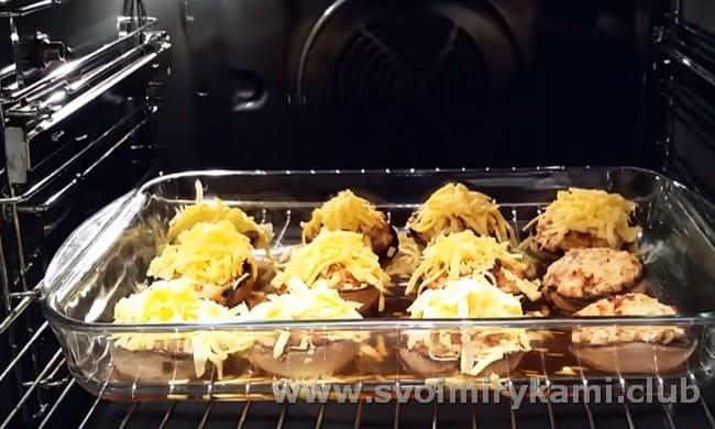 за несколько минут до готовности посыпаем грибочки сыром.