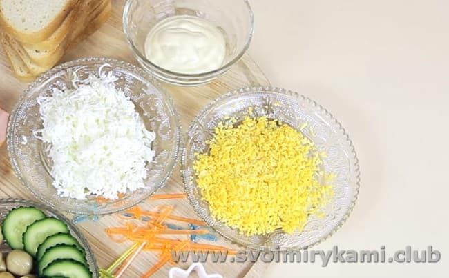 Для этого варианта закуски нужно отварить яйца и отдельно натереть на мелкой терке белок и желток.