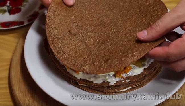 Перемазывая блины, формируем торт.