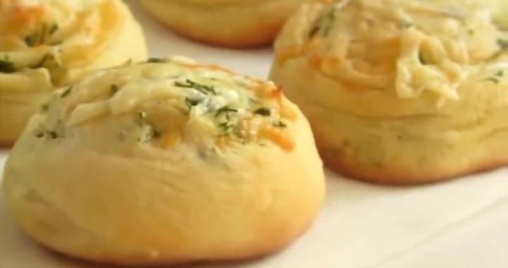 Нежные булочки из дрожжевого теста с сыром, приготовленные в духовке
