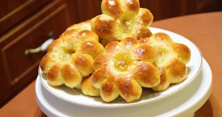Вкусные булочки с абрикосовым джемом и штрейзелем