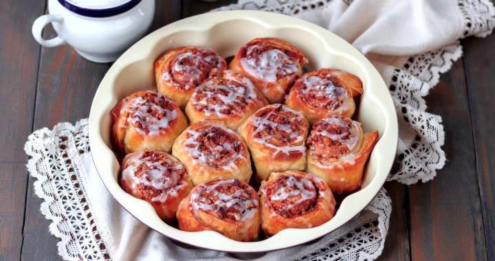 Ароматные домашние булочки с корицей из слоеного теста