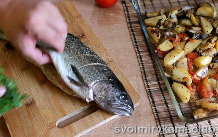 форель с картошкой с зеленью