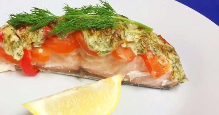 Вкусная красная рыба вод овощами, запеченная в духовке