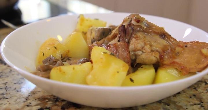 Тушеный кролик с картошкой и грибами — отличный рецепт для ужина