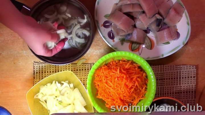 минтай на сковороде с луком и морковью рецепт с фото