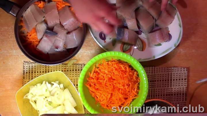 минтай на сковороде с луком и морковью простой рецепт