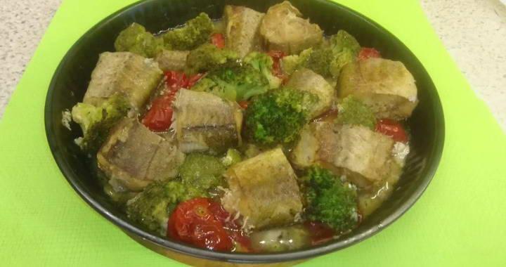 Вкусный и полезный минтай с овощами, запеченный в духовке