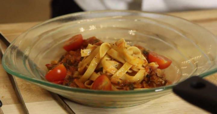 Острая томатная итальянская паста с тунцом